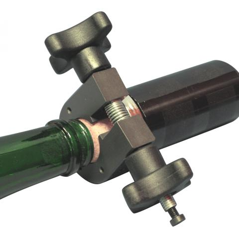 Uniform circumferential gripping of the cork sample increases torque measurement accuracy